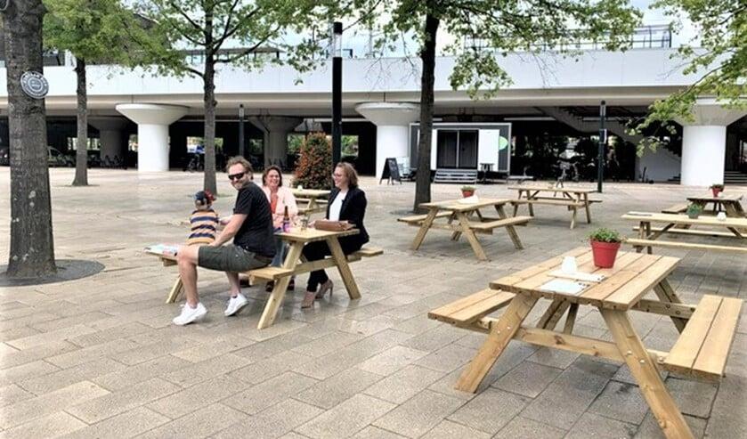 De VVD-raadsleden op het Stationsplein in Voorburg (foto: pr VVD).