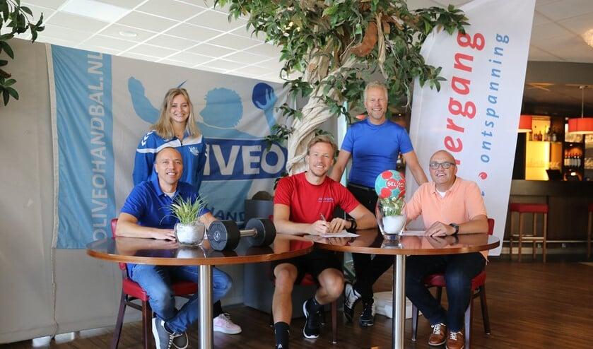 Sjors van der Quast tekent de samenwerkingsovereenkomst namens de Viergang. (foto: Mieke van Veen)
