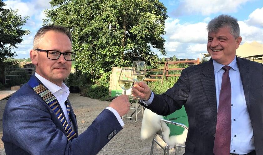 In aanwezigheid van leden, partners en gasten droeg Martin Oosterheert de voorzittersketting over aan Jeroen Kasbergen (foto: pr).