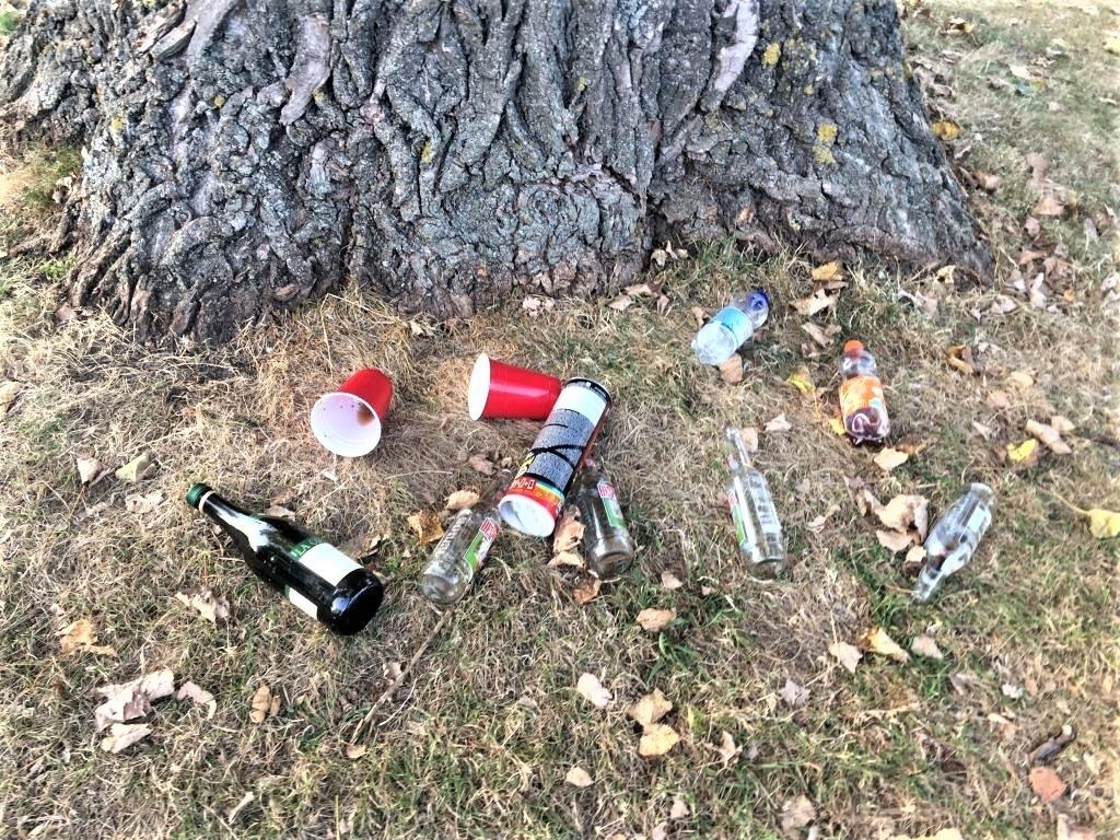 Achtergelaten afval.  © Het Krantje