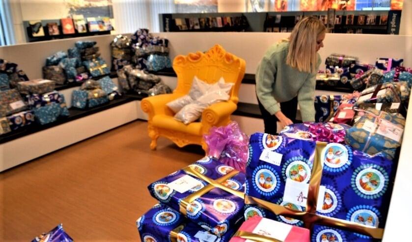 <p>Cadeautjes inpakken bij Sintvoorieder1 (archieffoto).</p>