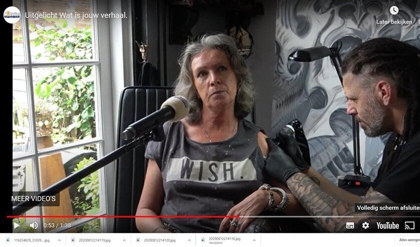 Annemarie vertelt het verhaal dat voor haar de reden was om een tatoeage te laten zetten.