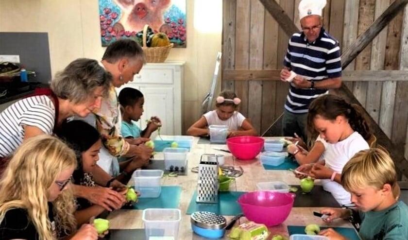 Koken met KIaske in de Stadstuin Rusthout; een van de activiteiten tijdens de Zomerweek (foto: pr).