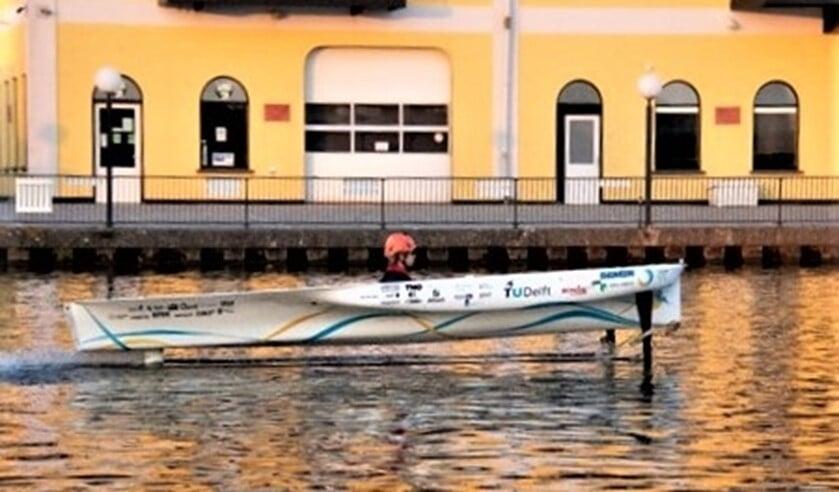 TU Delft Solar Boat 2020 tijdens een vaartest op de Schie (foto: Emma Linders).