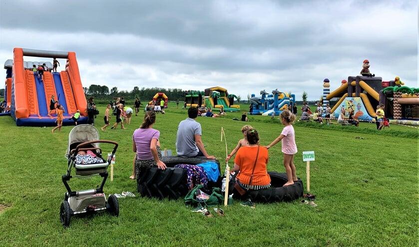 Hele gezinnen met kinderen vermaakten zich prima op de vele luchtkussens op Buitenplaats Molenwei in Leidschendam (foto: pr).