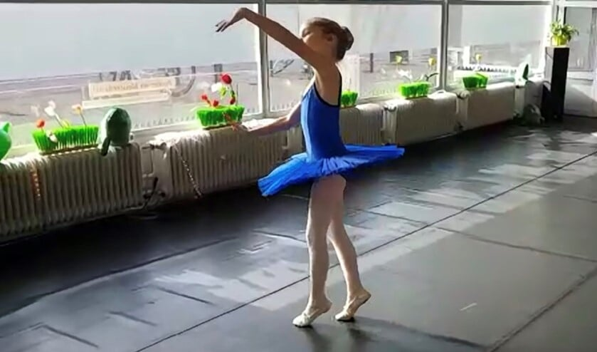 Screenshot van het filmpje van de jonge ballerina Rosalie Houwert van Dans aan de Vliet, die zeer overtuigend als een pop danste.