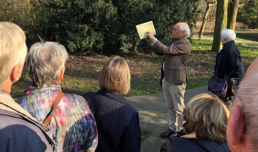 Wandeling door Voorburg onder leiding van een gids (foto: Ronald Meek).
