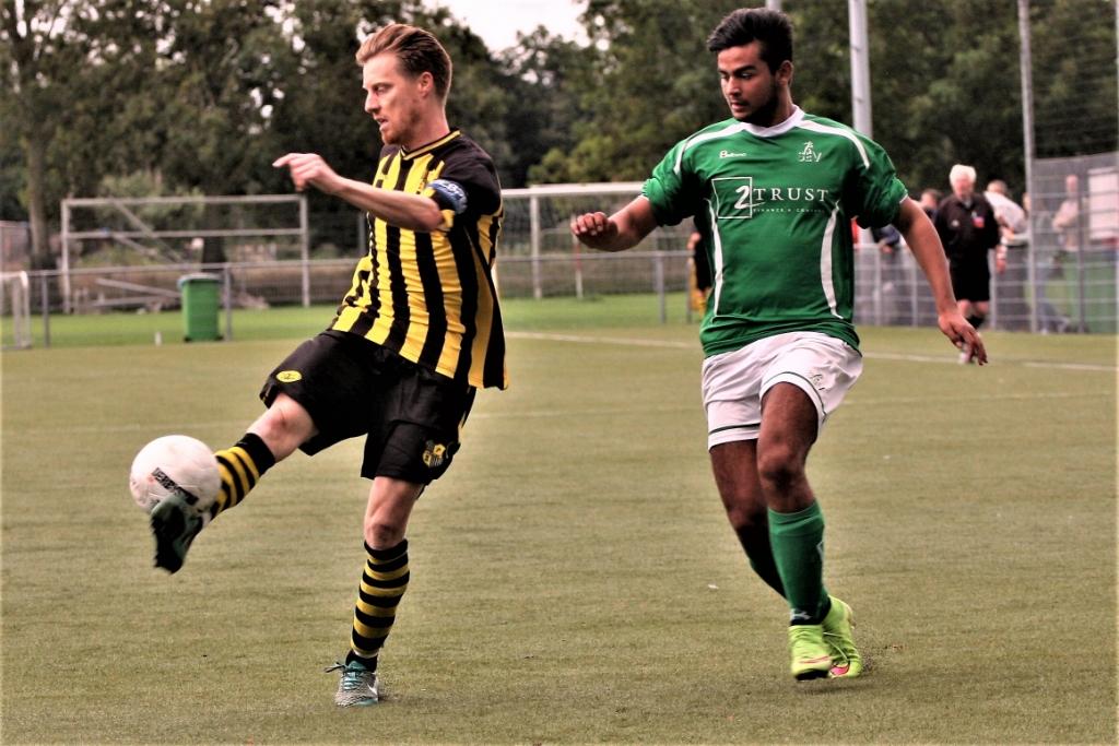 Kasper Struijk (rechts) in het Voetbal Kampioenschap Leidschendam-Voorburg 2015 (archieffoto: AW).  © Het Krantje