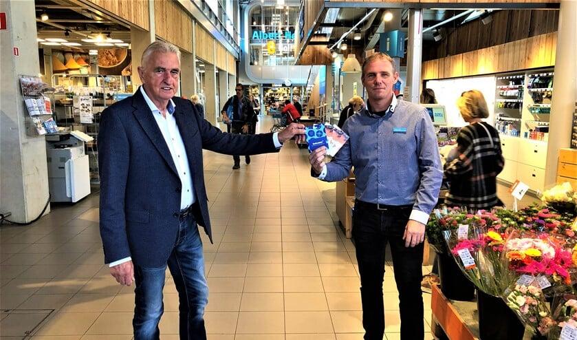 De heer Maarten Taal (rechts) overhandigt de cadeaubonnen aan vice-voorzitter de heer Cees Henze van Grand Cru'82 (foto: pr).
