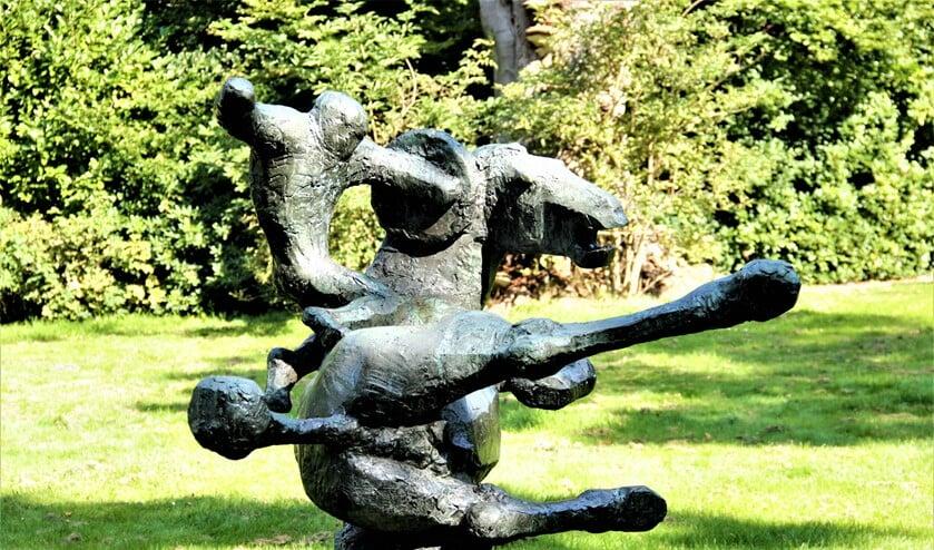 <p>Het beeldhouwwerk &lsquo;Vallende ruiter&rsquo; van Frank Letterie in Park Vreugd en Rust in Voorburg (foto: Marian Kokshoorn).</p>