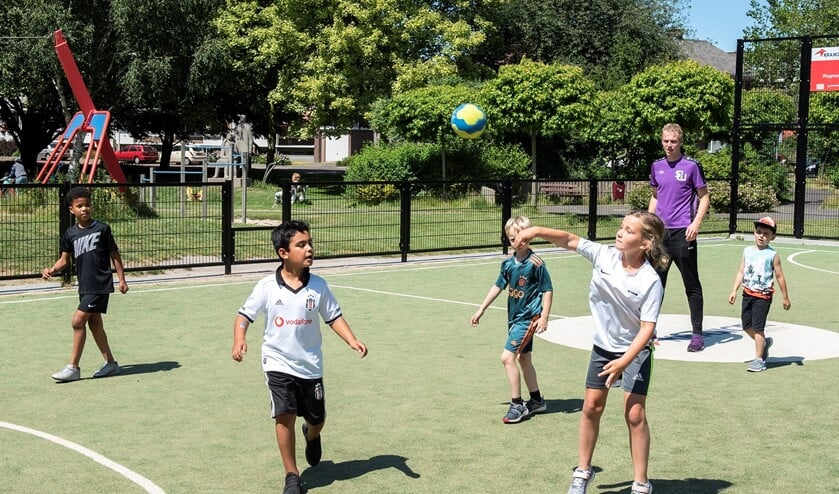 Handballen is een activiteit van SenW die wordt aangeboden tijdens de Nationale Sportweek (archieffoto: SenW; Michel Groen).