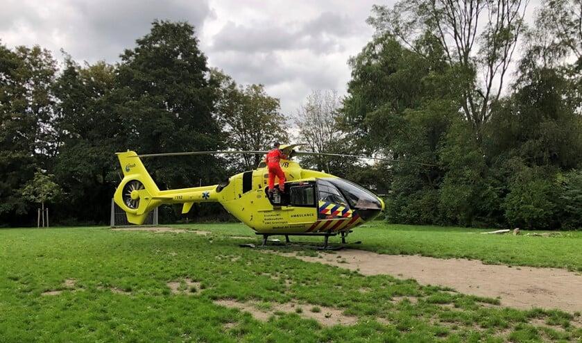 De helikopterpiloot voerde meteen even een kleine technische inspectie uit. Foto: Martijn Mastenbroek