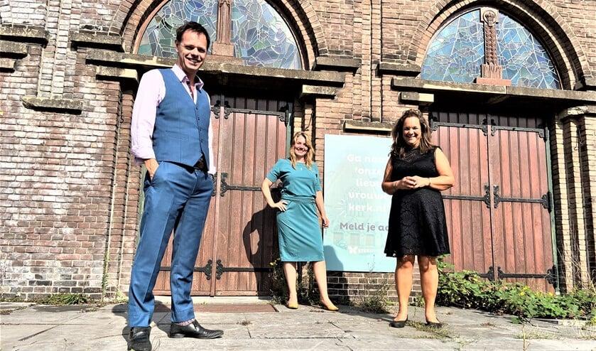 Marnix Norder (directeur Steenvlinder) overhandigde de sleutel aan ANNA Vastgoed & Cultuur, Willemijn de Boer en Wendy Gieben.