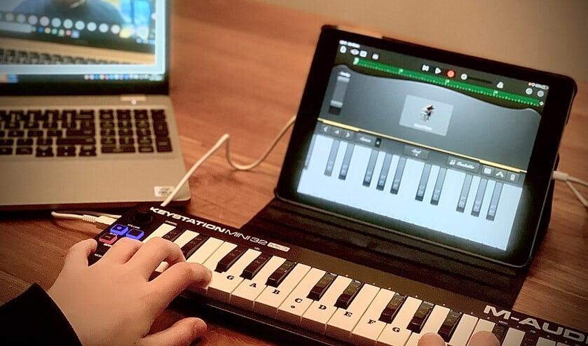 <p>&nbsp;Er zijn diverse betaalbare mini-piano&#39;s op de iPad aan te sluiten die passen in een schooltas (foto: pr Wellant Westvliet).</p>