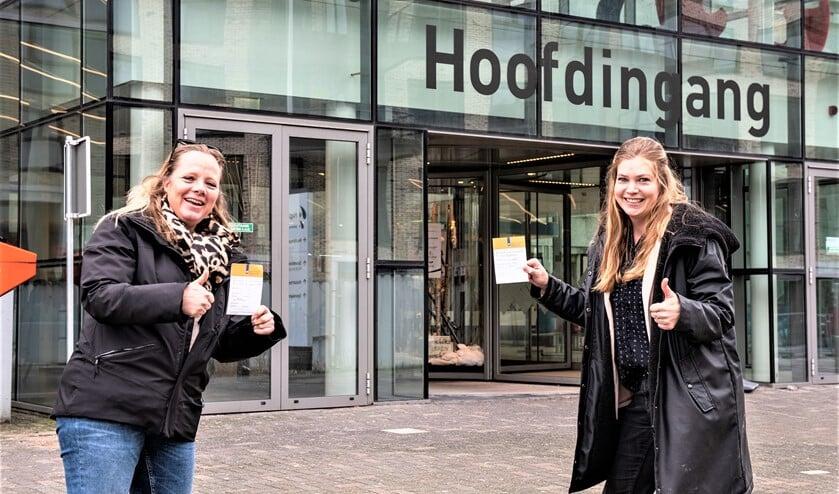 <p>De huisartsen L. van Gelder (l.) en N. Buurma (r.)uit Leidschendam-Voorburg hebben hun prikje gekregen en zijn blij met hun vaccinatiepaspoort / bewijs (foto: Michel Groen).</p>