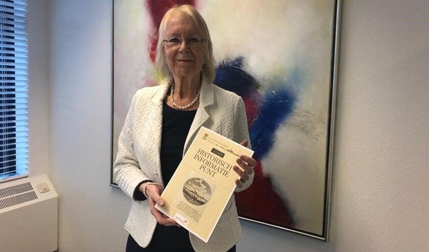 <p>De burgemeester kreeg de eer om als eerste het boekje te ontvangen. </p>