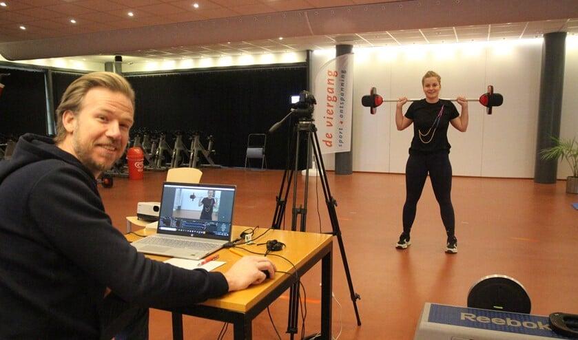 <p>Door corona maken Sjors van der Quast, Roos de Hoog en hun collega's online sportlessen.</p>