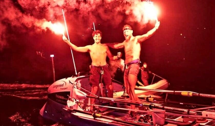<p>De roeiers na hun feestelijke finish op Antigua &nbsp;(foto: Atlantic Campaigns).<br><br></p>
