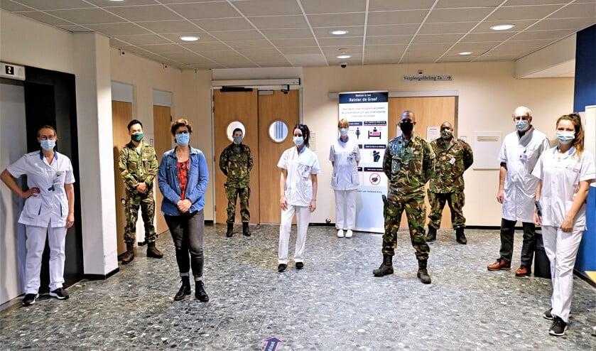 <p>Twee geneeskundig verzorgenden, een militair verpleegkundige en een verzorgende individuele gezondheidszorg van Defensie op de verpleegafdeling van het Diaconessenhuis (foto: pr Reinier de Graafgroep). </p>