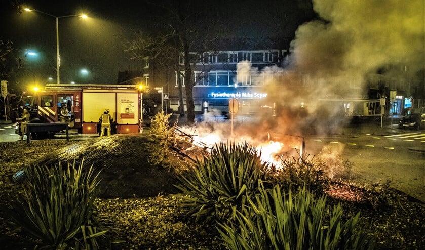 <p>Op de Rembrantrotonde (Parkweg/Rembrandtlaan) in Voorburg waren er pallets en kerstbomen in brand gestoken (foto: Sebastiaan Barel). &nbsp;</p>