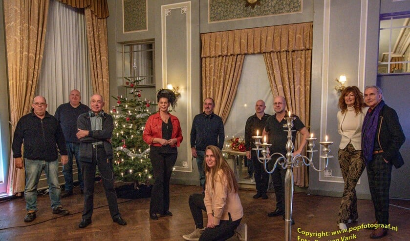 <p>Het volledige team coronaproof op de foto. Foto: Popfotograaf.nl, Ron van Varik</p>