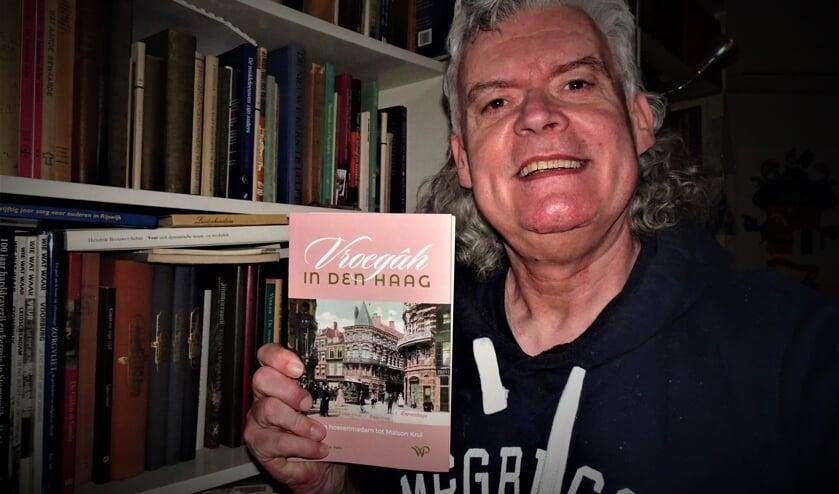 <p>Frans van der Helm toont zijn nieuwe boek met Voorburgse elementen.</p>