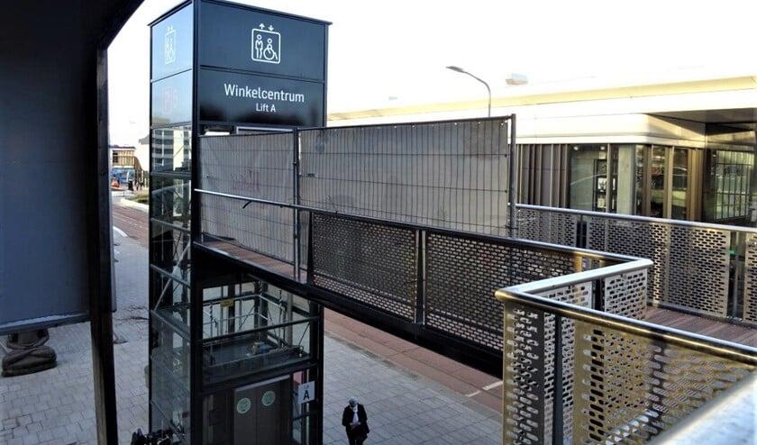 <p>De trap en de lift in Leidsenhage bij Albert Heijn en Volle Maan (foto: Ap de Heus).</p>