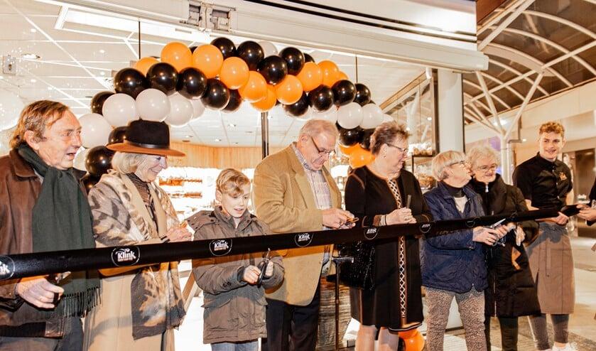 <p>De winkel werd door de ouders van Max en Willem en Hella Klomp als oud-eigenaren van Bakker Klink geopend (foto: pr).</p>