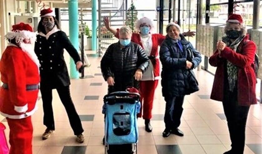 <p>&nbsp;Vidomes bezorgde - vlak voor kerst - wat lekkers bij alle bewoners van haar 55+ complexen in Leidschendam-Voorburg (foto: pr). &nbsp;</p>