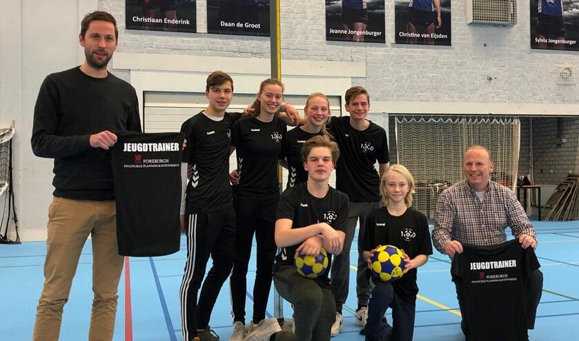 <p>Pieter Oorlog met de jeugdtrainers van korfbalvereniging VEO (foto: pr).</p>