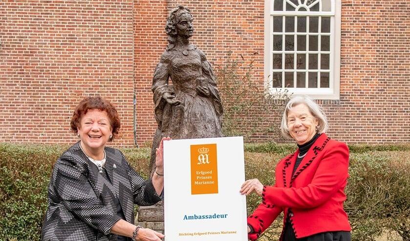 <p>Tilly Zwartepoorte overhandigt Marianne Knijnenburg (links) het titelbord Ambassadeur (foto Ronald Meekel).</p>