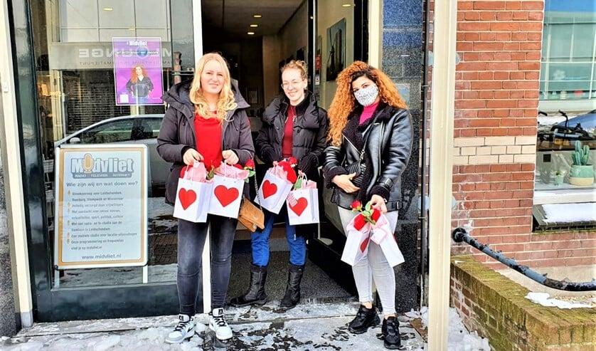 <p>De jongeren gingen de straat op om de feestelijke hartentasjes bij 60 gelukkigen aan huis af te geven.</p>