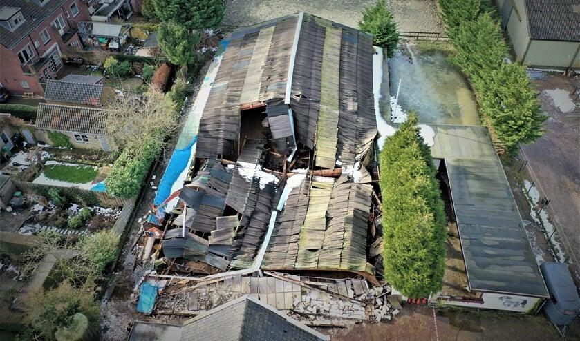 <p>De helft van het dak en de voorgevel van de binnenbak zijn volledig ingestort (foto: Gabi Gonzalez).</p>