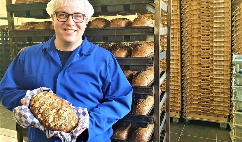 <p>Richard Remmerswaal toont in de bakkerij een Kenia brood (foto: pr).</p>