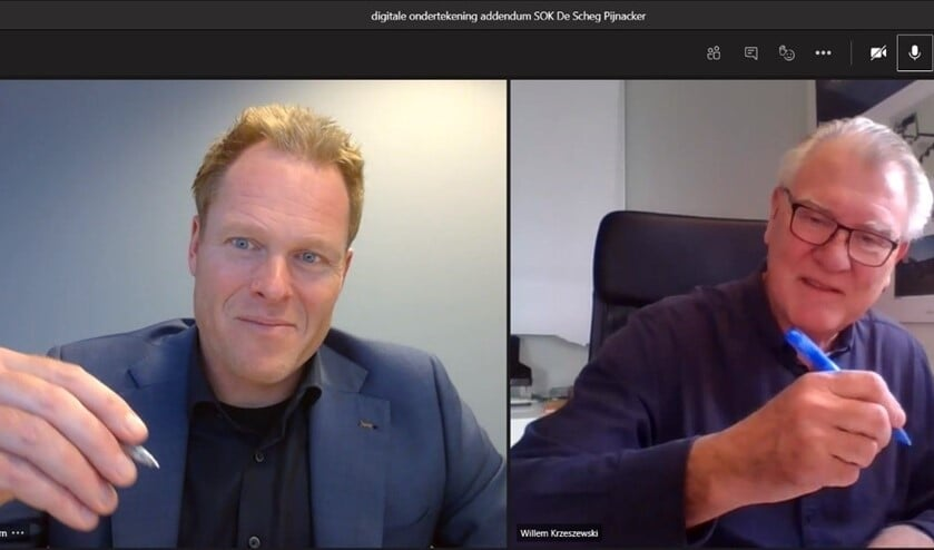 <p><em>Mark van Doorn, algemeen directeur Janssen de Jong Projectontwikkeling, en Willem Krzeszewski, bestuursvoorzitter Staedion, ondertekenen de samenwerkingsovereenkomst voor het project De Scheg in Pijnacker.</em></p>