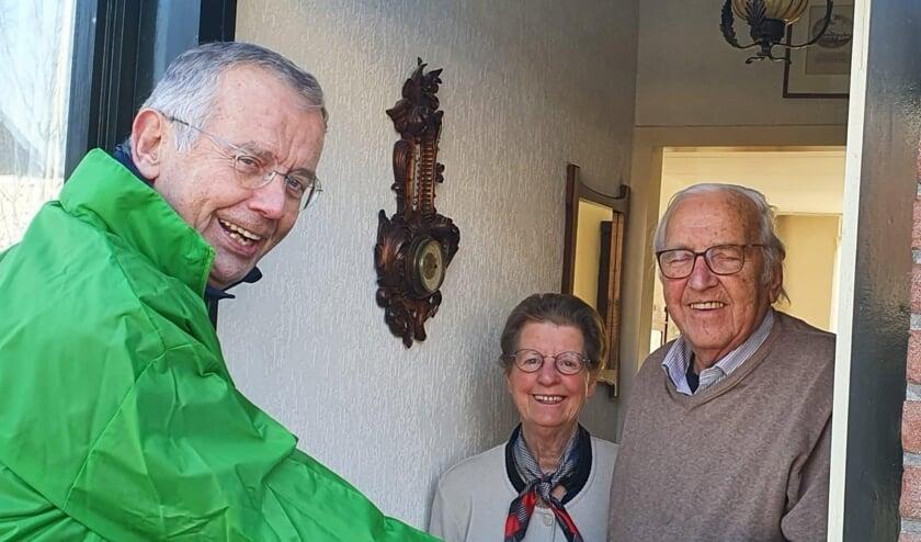 <p>Bob van der Deijl aan de deur bij de familie Groenewegen.</p>