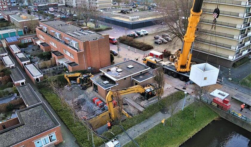 <p>De plaatsing van de nieuwe put aan de Strabolaan in Voorburg met een grote kraan door aannemer Van der Krogt (foto: pr).</p>