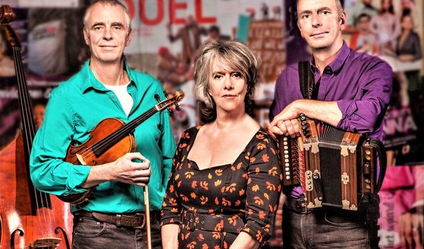 <p>Marjolein Meijers, hier met haar twee vaste muzikanten de broers Walter en Onno Kuipers, weet het publiek te raken met teksten over liefde, vriendschap en afscheid (foto: pr).</p>