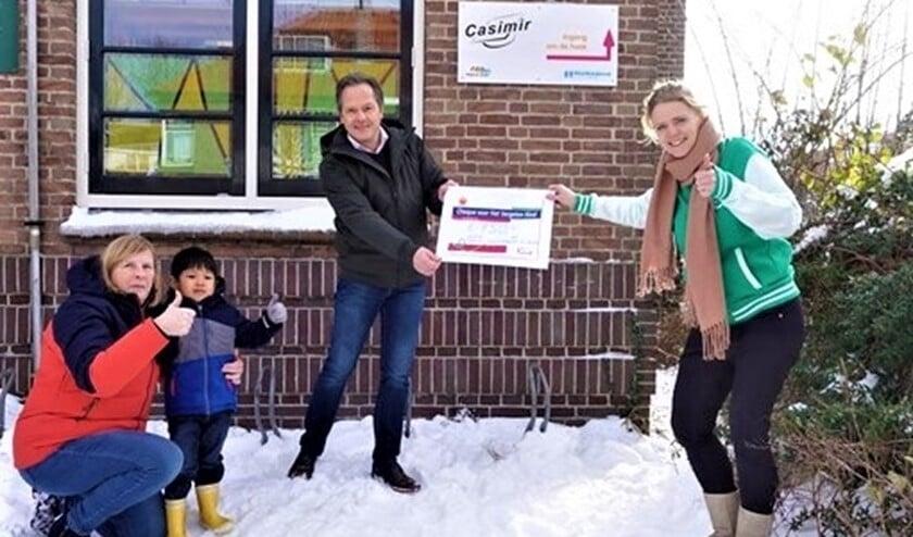 <p>In februari kon directeur Ronald van Leeuwen een cheque van 750 euro overhandigen aan Judith van stichting Het Vergeten Kind (foto: pr). </p>