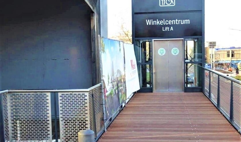 <p>De lift (nu nog even zonder trap) bij Albert Heijn en restaurant Volle Maan (foto: Ren&eacute; Bogaart).</p>