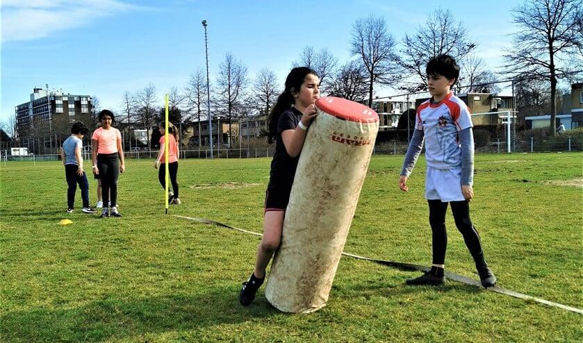 <p>Vol enthousiasme probeerden ruim 220 deelnemers allerlei sporten, zoals een rugbytraining, tijdens de Sport-In (foto: pr SenW). </p>