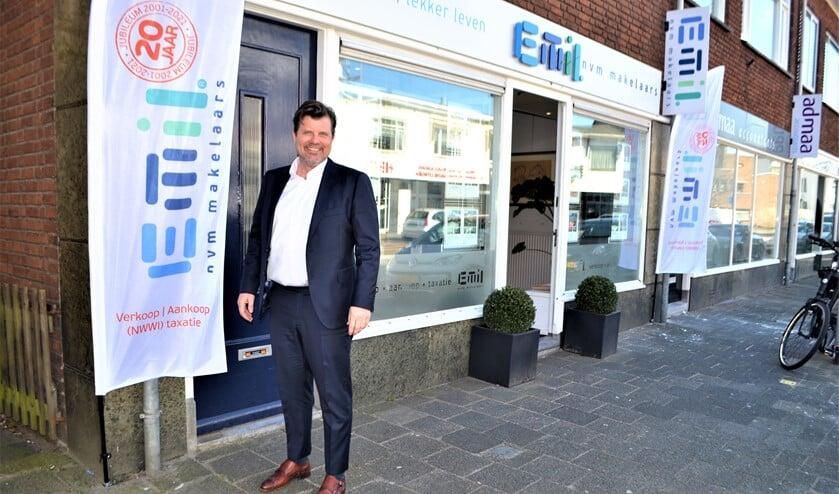 <p>Emil du Croix voor het kantoor aan de Parkweg 18 in Voorburg (foto: Inge Koot).</p>