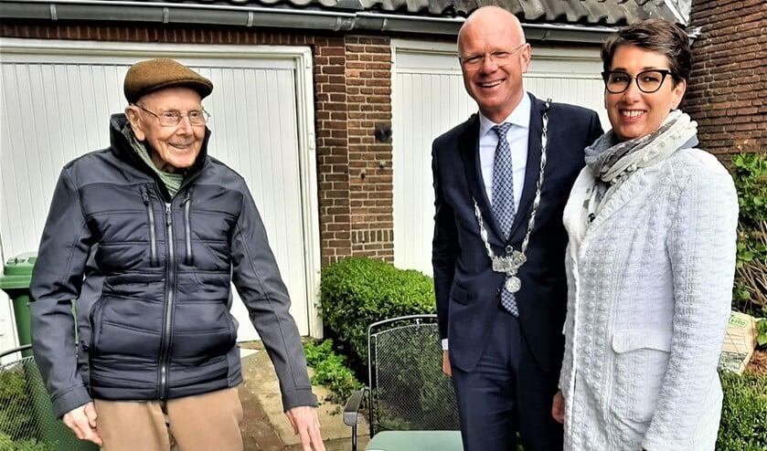 <p>De 100-jarige Huub van der Heiden werd door de burgemeester en zijn echtgenote bezocht met een mooie bos bloemen. In zijn tuin op de Dr. Beguinlaan praatte Huub nog honderd uit (foto: Irma Nieuwenhuis).</p>