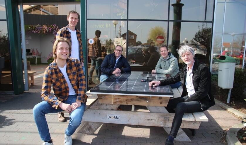 <p>De broers Droogh, Leon Bruinen en de mannen van Boldz zitten lekker aan de zonnepaneelzitbank.</p>