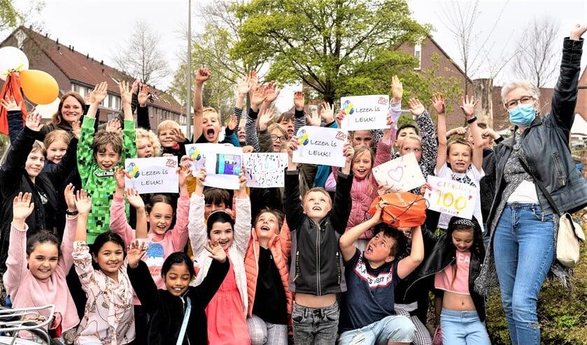<p>Samen met haar leerlingen uit groep 5B ontving Cynthia Hooijmans het boekenpakket uit handen van Barbara Leguijt van de Bibliotheek aan de Vliet (foto: Bibliotheek aan de Vliet).</p>