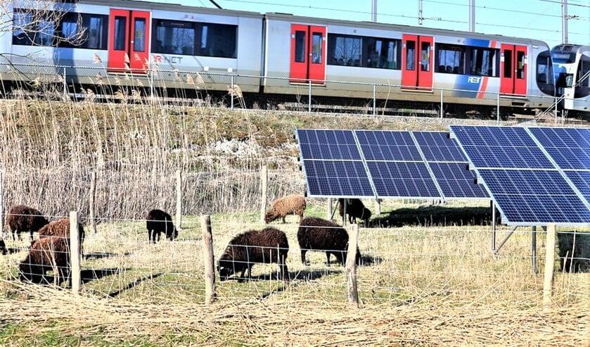 <p>Zonnepanelen langs het spoor (foto: gemeente LV).</p>