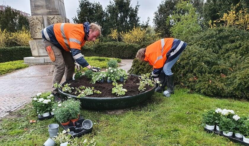 <p>Er worden nieuwe plantjes in de bakken gezet bij de herdenkingsmonumenten (foto: gemeente LV).</p>