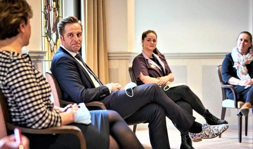 <p>Minister Hugo de Jonge in gesprek met medewerkers van WZH Vliethof in Voorburg (foto: Phil Nijhuis).</p>
