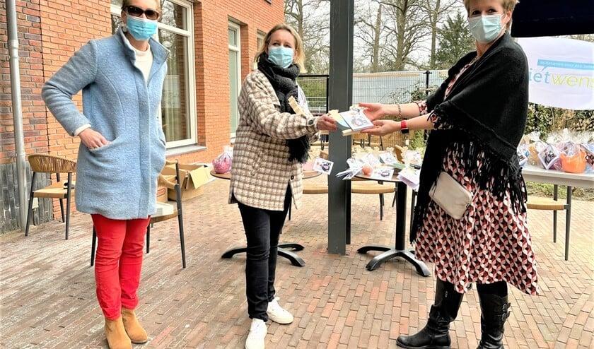 <p>Er werden paaspakketjes uitgereikt aan bewoners en zorgverleners van WZH Vliethof en aan cliënten van de voedselbank en Woej (foto: pr).</p>
