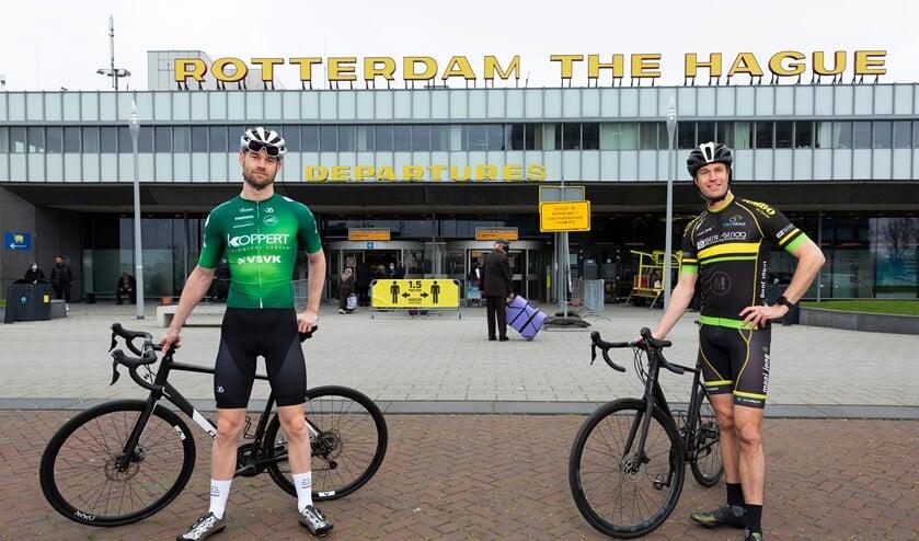 <p>Wethouders Hilbert Bredemeijer (Den Haag) en Sven de Langen (Rotterdam) tijdens filmopnames op de racefiets bij Rotterdam The Hague Airport en langs de Zweth. (Foto: Gemeente Den Haag/Henriette Guest) </p>